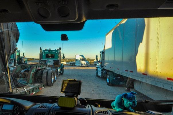 Schlafen auf einem Lastwagenparkplatz, da gehen wir völlig unter!