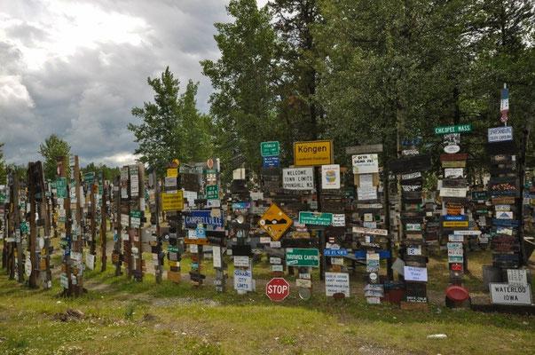 In Watson Lake werden seit Jahren Ortsschilder von Touristen aufgehängt - mittlerweile sind es an die 75.000!