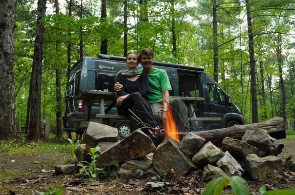 Lagerfeuer auf dem Campingplatz in Ottawa