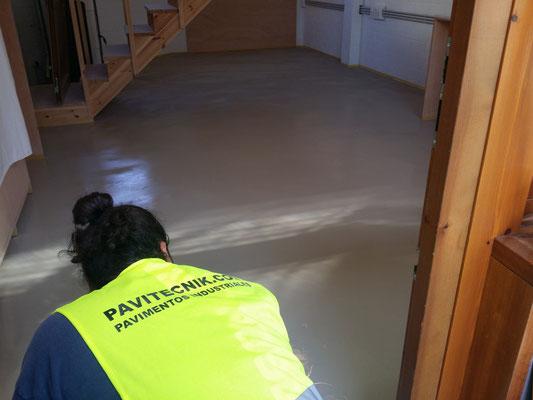 GRUPO PAVIN - Suelos y pavimentos industriales | Aplicación de un pavimento continuo decorativo en microcemento para vivienda unifamiliar