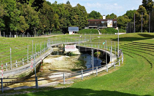 Der Wasserkanal der Profis und die Zuschauerränge