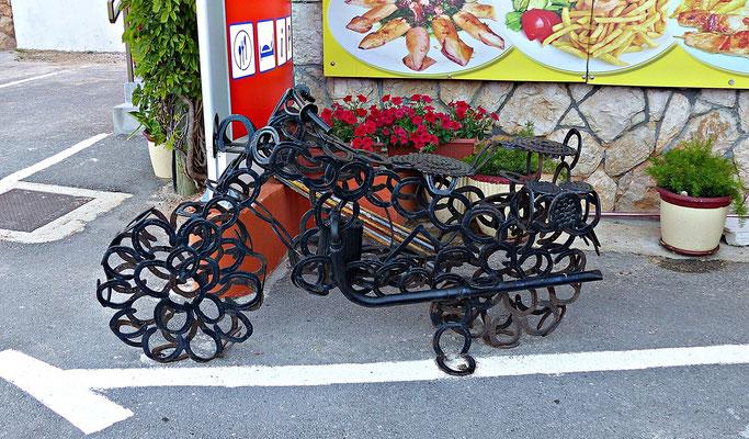 Motorrad aus Hufeisen beim Jure