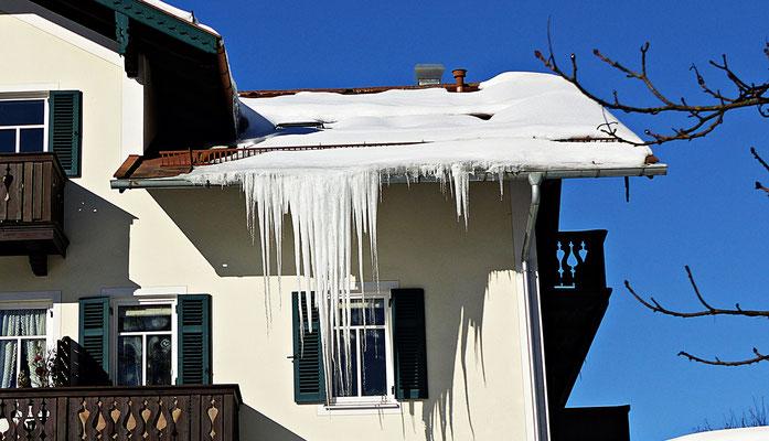 Eis am Hausdach in Schliersee