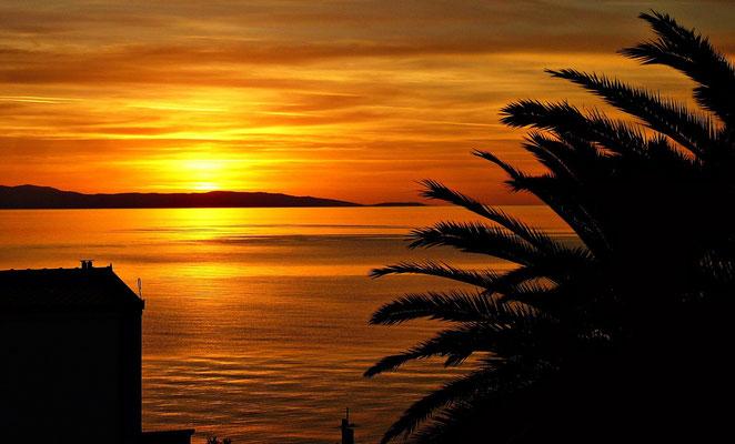 Blick auf den Sonnenuntergang vom Balkon aus