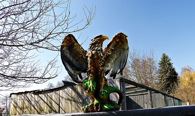 Holzschnitzerei im Greifvogelpark Menter in Konzenberg