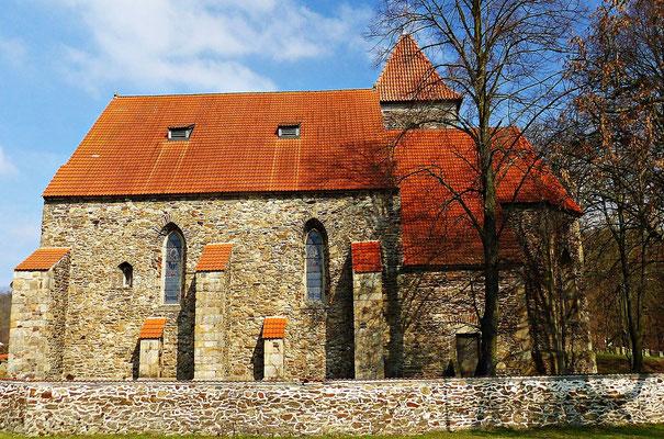 Schöne alte Kirche beim Friedhof