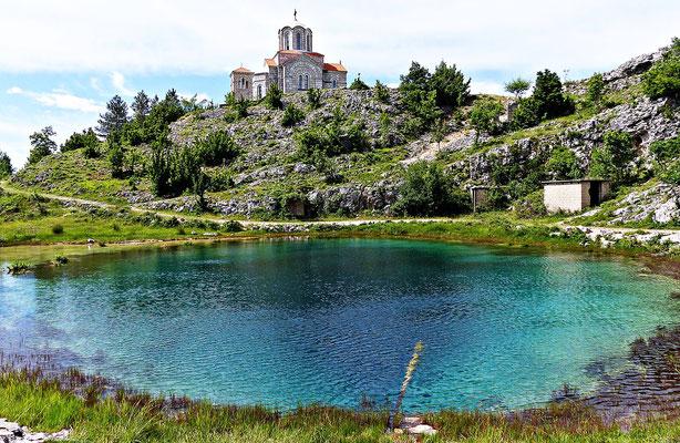 Vrela Cetine mit Blick auf die Kirche