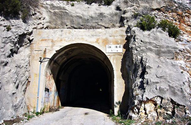 Die Einfahrt des Dingac Tunnels