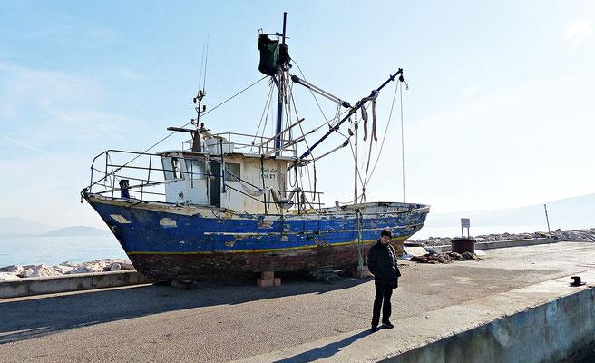 Mein Engel vor dem alten Fischerboot
