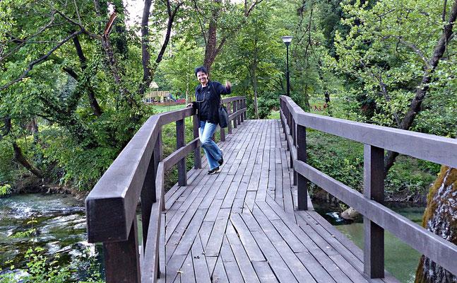 Meine Traumfrau auf einer der vielen kleinen Brücken
