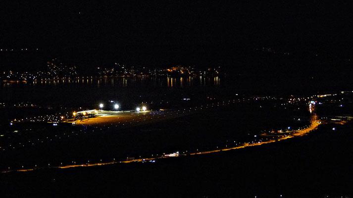 Der Flughafen bei Nacht
