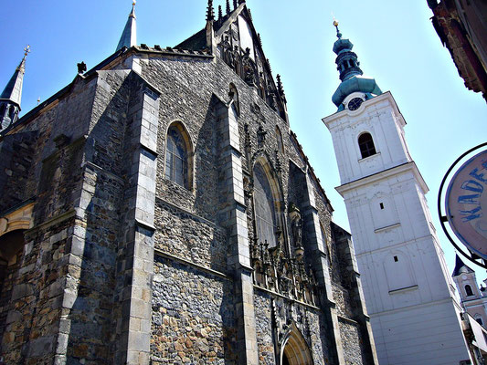 Stadtpfarrkirche Mariä Geburt und weißer Turm
