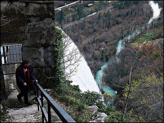Hier stehe ich beim Wasserfall