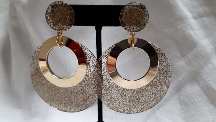 HUGE goldtone clip earrings, confetti/clear resin discs with goldtone metal rings..... €140