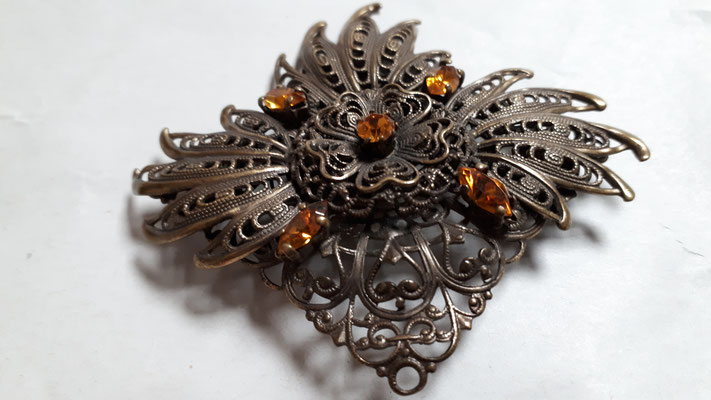 Czech brooch, vintage  goldtone metal with orange stones, trombone clasp, €25