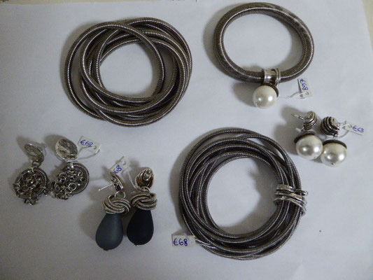 Ohrstecker und Armbänder aus Klavierdraht. Earrings and bracelets made of piano wire.