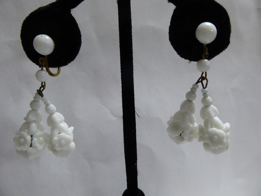 W. Germany, old white glass screwbacks, set up like puzzle beads. Charming and perfect with that retro summer dress. 5 cm long €69