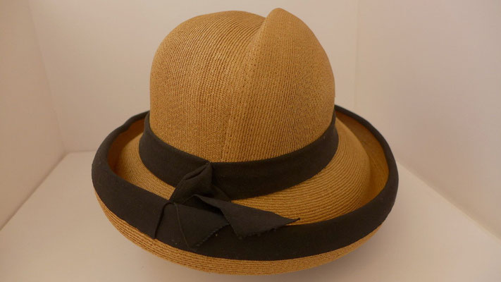 SOLD !!!Schiaparelli straw hat, pristine condition, 22 inch circumference.