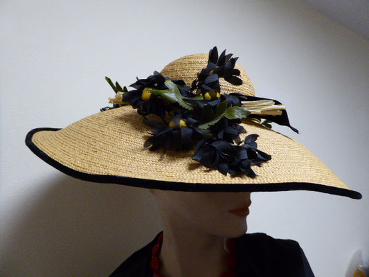 Authentic Florentine straw hat, probably 1920's, perfect condition. Wide brim, decorated with vintage black flower posies. € 460