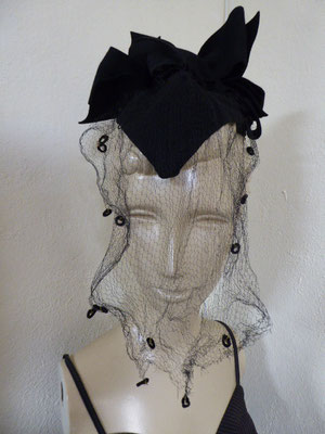 Forties black felt percher with a very long veil. Some damage to the netting, but not too noticeable. €120