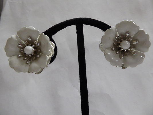 Sarah Cov....pat pending.....clipback earrings in white enamel and silvertone. 3 cm x 3 cm. €49