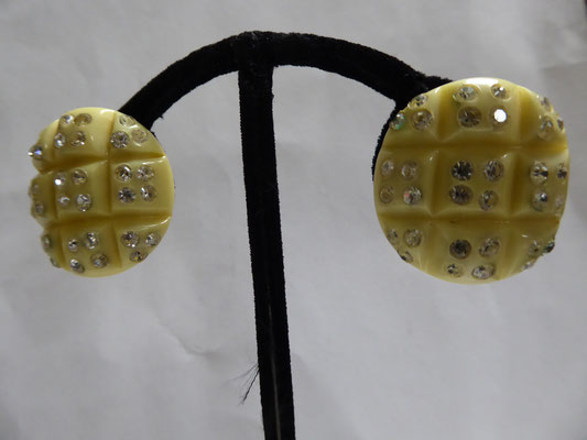 USA...carved celluloid, forties, rhinestones, clipbacks......2.8 cm x 2.8 cm €89