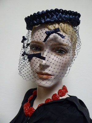 Fifties blue cellophane ring hat with a blue veil dotted with little blue bows.€49