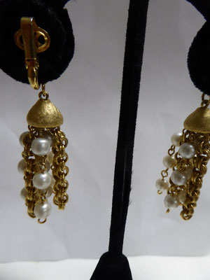 PUCCINI - long pearl earclips on goldtone metal. 6 cm long. €120