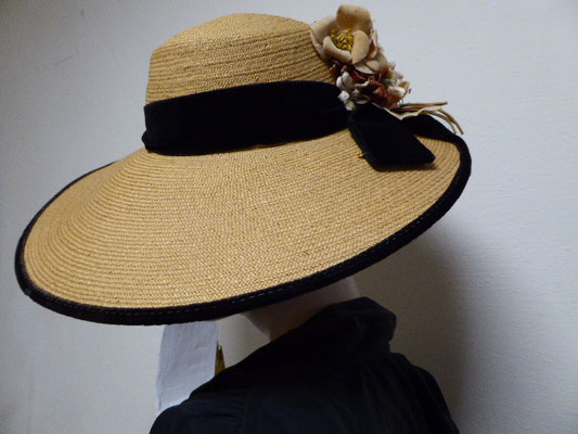 Beautiful old authentic Florentine, wide-brimmed hat in perfect condition. Black velvet band around the crown with a posy of old velvet flowers. Original and authentic Florentine straw. Smooth as butter. €440