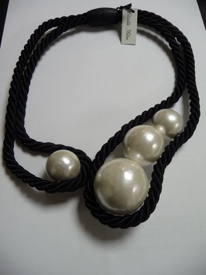 UNGER, Italy, large lacquer pearls and braid. €98