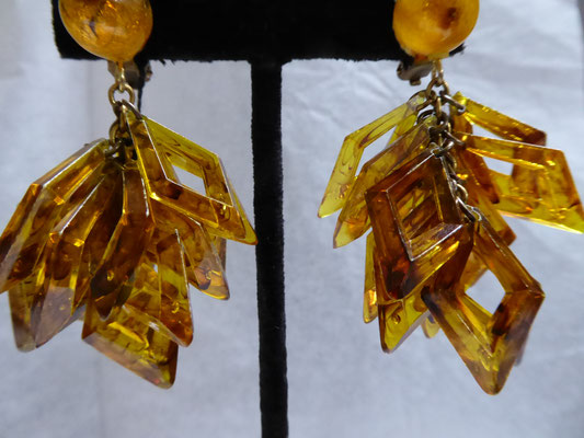 Fifties plastic clip earrings. 14 rhombs in a honey tone, very lightweight, lovely translucent colour. Goldtone metal €39