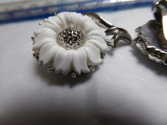 TRIFARI, white lucite floral on silvertone metal. Clipbacks. Marked on clip with Crown. 3cm x 2 cm. €69