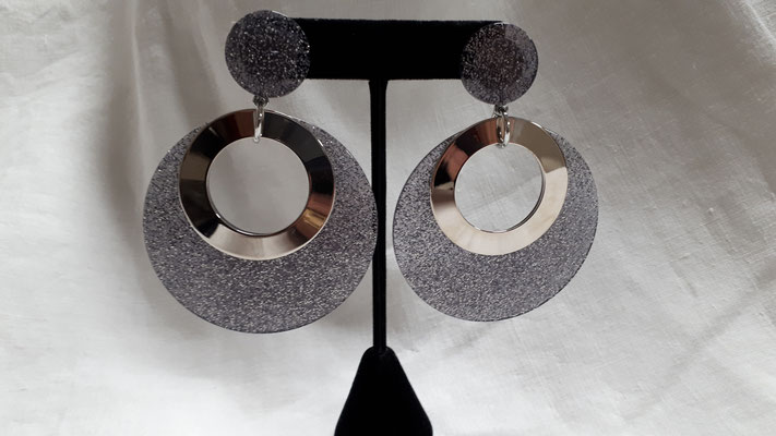 SOLD HUGE silvertone clip earrings, silver confetti/clear resin discs with silvertone metal rings..... €140