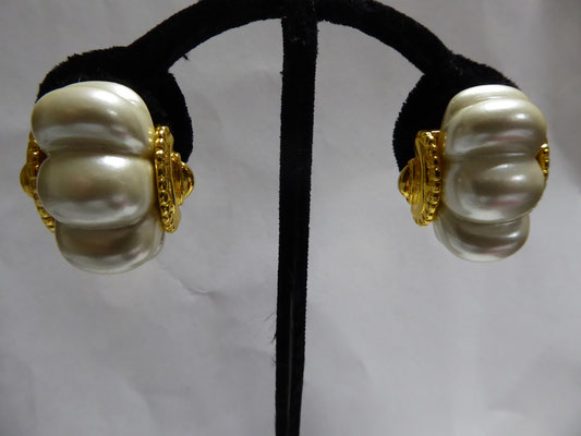 KJL marked on clipbacks; Kenneth Lane on earring. Large faux pearl insets on goldtone. 3 cm x 2.5 cm €49