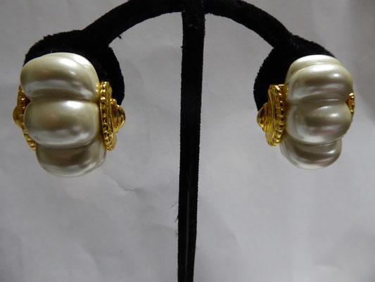 sold KJL marked on clipbacks; Kenneth Lane on earring. Large faux pearl insets on goldtone. 3 cm x 2.5 cm €49