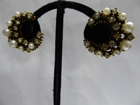 Sickel moon shaped clipback earrings with rhinestones and pearls on goldtone  metal. 3x3 cm. €69