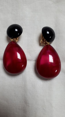 Drop shapes in raspberry with black bouton clips. €54