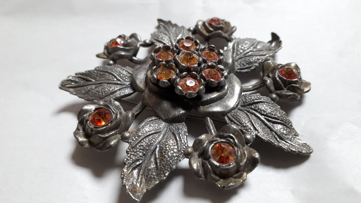 LN25 marking, Little Nemo, silvertone metal like pewter, set with gorgeous 2tone orange stones, very dimensional, the leaves are fabulous, €45