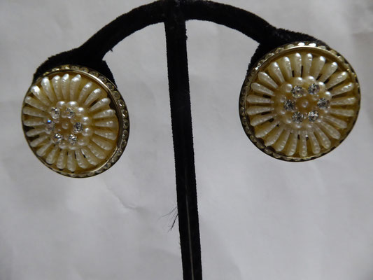 Beautiful old celluloid and rhinestone clips, 30's....3 cm in dia., the outer rim  is completely filled with channel-set rhinestones, the centre with ridges of what looks like baiser.....could be featherlight celluloid. Rare €90