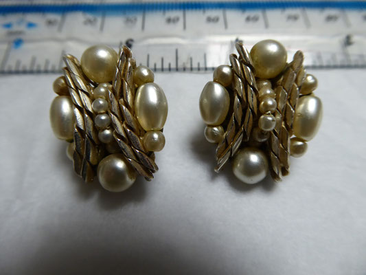 "Clipback earrings, ""Made in Western Germany"", pearls and goldtone findings, the top metal is silvertone. 2.4 cm x 2 cm. €85"