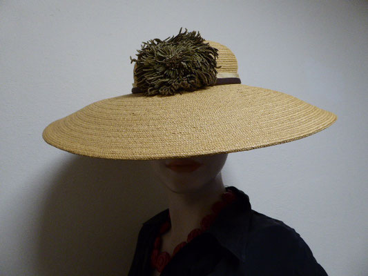 JOHN WANAMAKER,  PHILADELPHIA - Authentic Florentine braided straw hat.  Probably 1920. Perfect condition, smooth and beautiful. the only decoration on this exquisite straw hat is a narrow band in beige/brown and a large, greenish floral decoration. €390