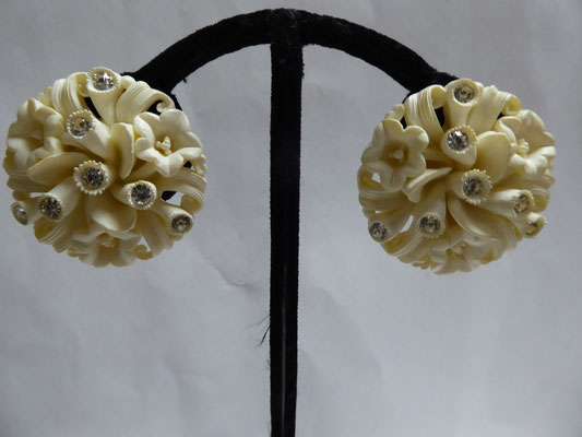 """FEATHERWEIGHTS"" - a type of celluloid,  moulded. Pale cream with clear RS..very dimensional. 3.5 cm in ad. Clip backs. €98"