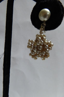 Lovely old pearl screwback earrings, European, 30's. Very intricate beading, 2 pairs. Length: 4 cm. Each pair €85