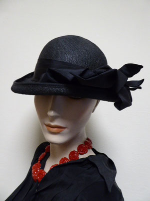 Forties black straw number with fine black grosgrain ribbon. Small size. €86