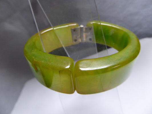 Crunchy green bakelite clamper, USA 40's. € 180