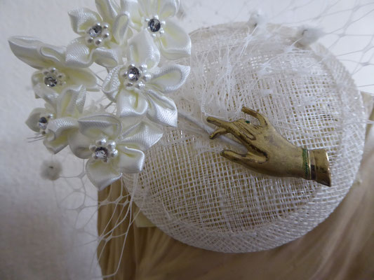 Sinamay base, white netting and flowers, vintage hand brooch in goldtone.....€69