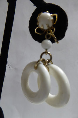 US screwback earrings, white lucite, 4.5 cm long, each ring 2.4 cm in dia. €49