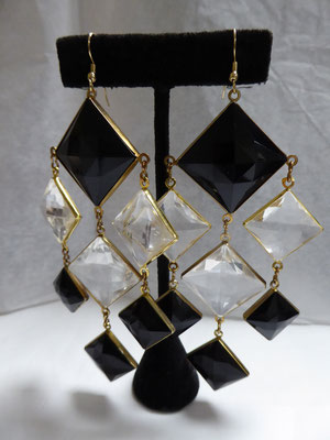 Chandelier 60's earrings for pierced ears. Plastic squares in black and clear, facetted, double-sided. Huge size: 13.5 cm long, the large squares are 2.5 x 2.5 cm. €85