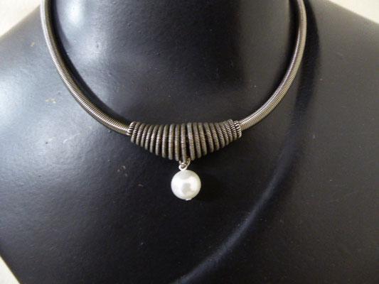 Kette aus Klavierdraht. Piano wire necklace. €69