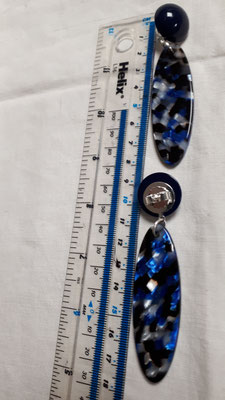 Long speckled blue/black/silver navette-shaped with black bouton pierced. € 85